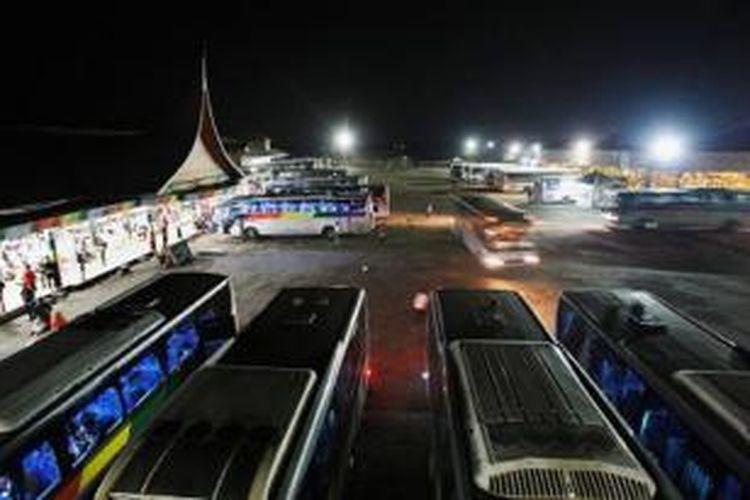 Suasana Rumah Makan Taman Selera di jalur pantura, Indramayu, Jawa Barat, mirip terminal bus. Rumah makan seluas 4 hektar ini didirikan Rusdi Safri dari Sumpur.