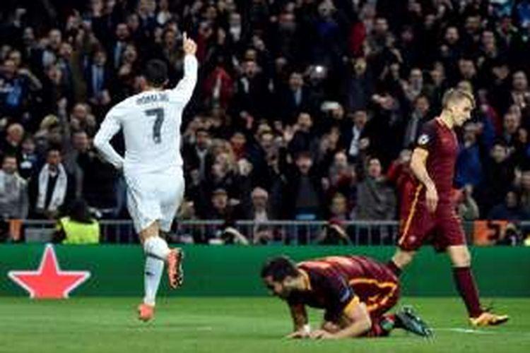 Penyerang Real Madrid, Cristiano Ronaldo, merayakan golnya usai membobol gawang AS Roma, pada pertandingan leg kedua babak 16 besar Liga Champions, Selasa (8/3/2016) atau Rabu dini hari WIB.