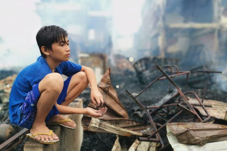 Bocah korban kebakaran pasar lama Nunukan Kaltara. Melihat nanar reruntuhan puing bangunan rumahnya yang ludes terbakar