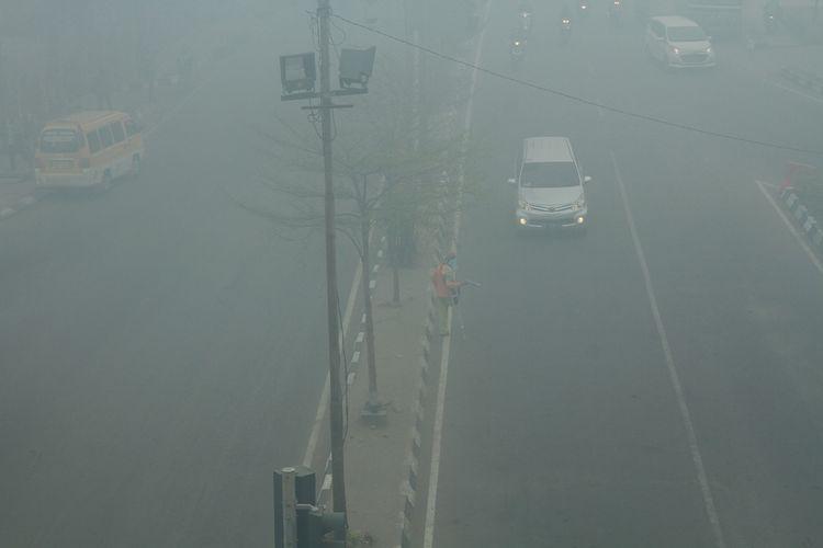 Palembang diselimuti kabut asap akibat kebakara  hutan dan lahan yang terjadi dibeberapa wilayah Sumatera Selatan. Bahkan kondisi udara di kota itu sempat pada level berbahaya.