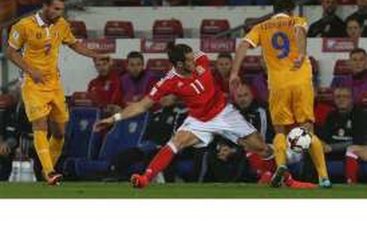Penyerang Wales, Gareth Bale (tengah), berebut bola dengan dua gendang Moldova, Artur Ionita (tengah) serta Eugen Cebotaru, dalam pertandingan kualifikasi Piala Dunia 2018 di Stadion Cardiff City, Cardif, Senin (5/9/2016).