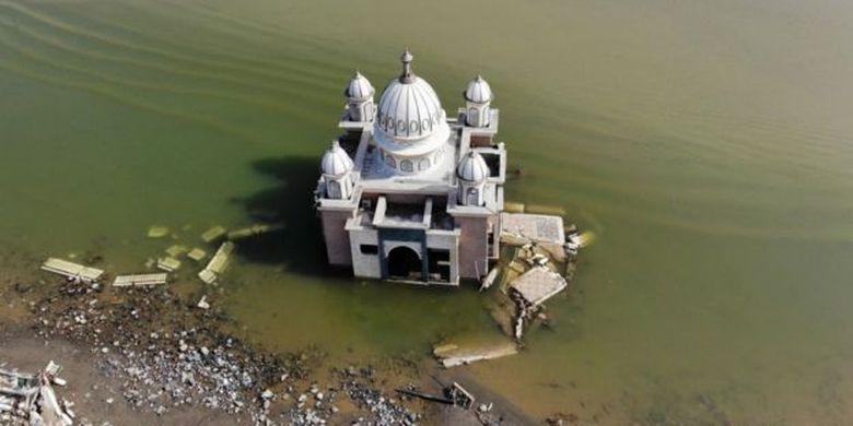 Berbagai bangunan di Palu menderita kerusakan setelah tsunami tahun lalu.