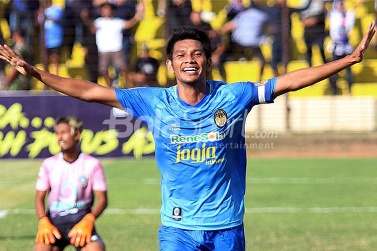 Kapten PSIM Yogyakarta, Hendika Arga, melakukan selebrasi seusai mencetak gol ke gawang Martapura FC dalam laga lanjutan Liga 2 2018 di Stadion Sultan Agung, Bantul, Selasa (3/7/2018).