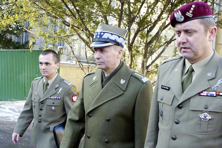 Mantan kepala pasukan khusus Polandia Grom Kolonel Roman Polko, Kepala Staf Polandia Jenderal Czeslaw Piatas, dan komandan baru Kolonel Grom Tadeusz Sapierzynski berada di Warsawa (22/1/2004).