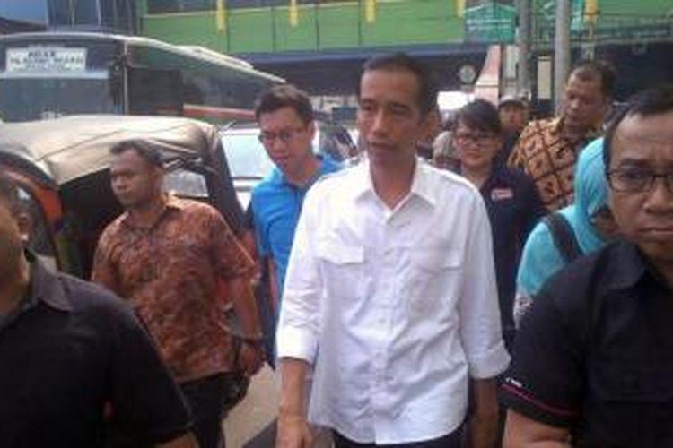 Gubernur DKI Jakarta Joko Widodo berjalan kaki di sekitar Pasar Blok G Tanah Abang, Jakarta Pusat, Senin (14/10/2013).