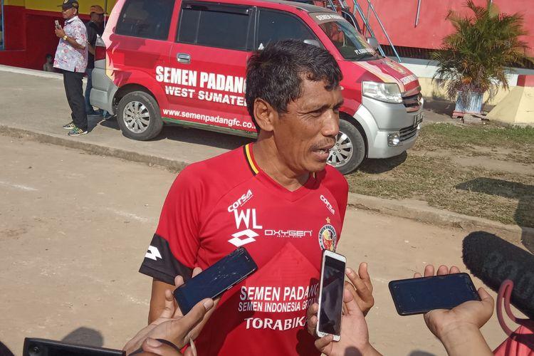 Weliansyah diwawancarai sejumlah awak media usai mengelar latihan di Stadion H.  Agus Salim Padang