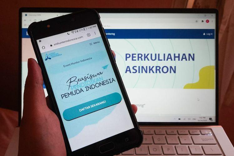 Ilustrasi mahasiswa mengikuti perkuliahan asinkron atau online dengan poster dari Beasiswa Pendidikan Pemuda Indonesia.
