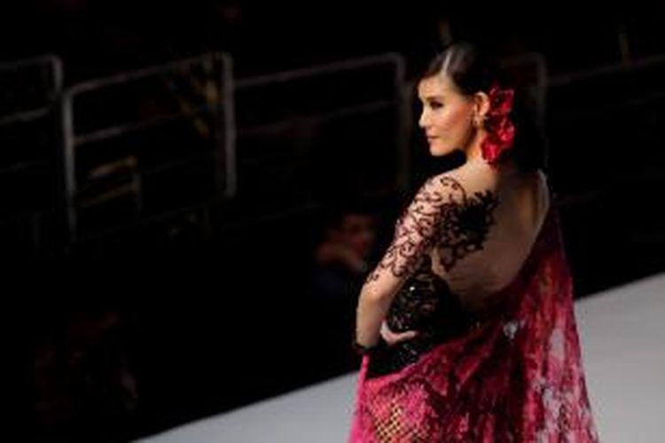 Artis peran, model, dan pembawa acara Olga Lydia memeragakan busana dalam peragaan fashion karya Anne Avantie yang bertajuk 39;Merenda Kasih, di Jakarta Convention Center, Senayan, Kamis (4/9/2014). Peragaan fashion yang menampilkan desain kebaya ini diadakan sebagai perayaan 25 tahun perjalanan karier perempuan asal Semarang tersebut sebagai perancang fashion. KOMPAS IMAGES/RODERICK ADRIAN MOZES