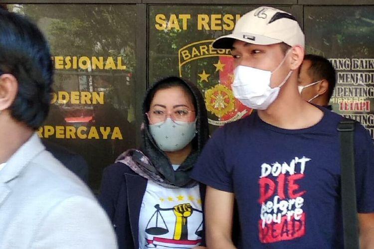 YouTuber Ferdian Paleka terlihat mengenakan topi putih dan masker saat keluar dari Kantor Satreskrim Polrestabes Bandung, Rabu (4/6/2020).