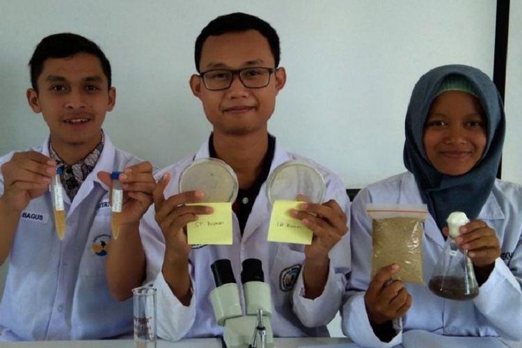 Sekelompok mahasiswa dari Universitas Tidar Magelang yang bernama Tim Program Kreatifitas Mahasiswa Penelitian Eksakta (PKM-PE) yang meneliti limbah kulit kacang tanah.