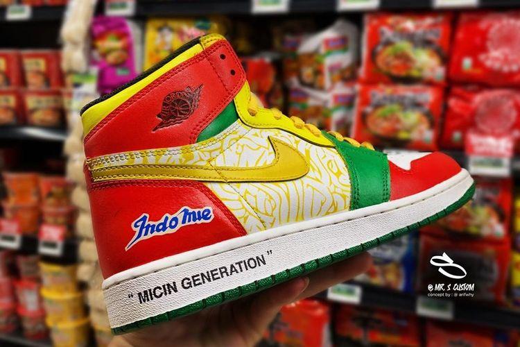 Desain sneakers Nike Air Jordan 1 yang diubah dengan tema kemasan Indomie Goreng