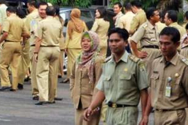 Seragam PNS diubah mulai Senin (8/2/2016). Tak hanya mengenakan seragam berwarna krem, PNS nantinya juga memiliki seragam dinas batik dan juga kemeja putih.