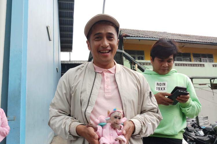 Pembawa acara Iran Hakim bersama peliharaan barunya Candy Laura saat ditemui di kawasan Tendean, Jakarta Selatan, Rabu (8/1/2020).