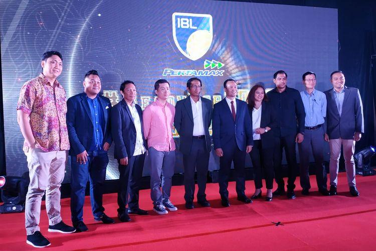 Para perwakilan klub Indonesian Basketball League (IBL) berfoto usai acara IBL Draft 2019 di Graha CIMB, Jakarta, Selasa (12/11/2019) malam.