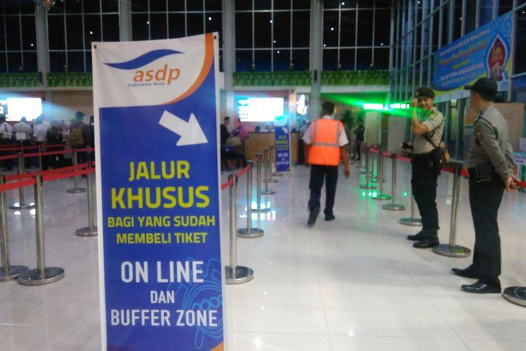 PT ASDP Indonesia Ferry (Persero) kini membuka sistem reservasi online untuk memudahkan para pengguna jasa penyeberangan, Pelabuhan Bakauheni, Lampung, Jumat (30/6/2017).