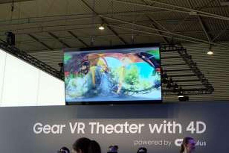 Teater 4D Samsung menggunkaan Gear VR, Senin (22/2/2016), di booth Samsung dalam arena MWC 2016, Fira Grab Via, Barcelona, Spanyol