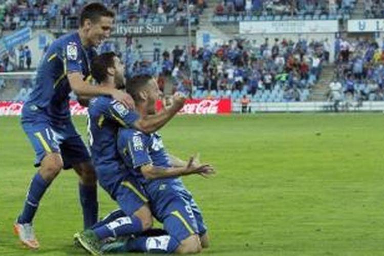 Para pemain Getafe merayakan gol Alvaro Vazquez ke gawang Levante, Minggu (27/9/2015).