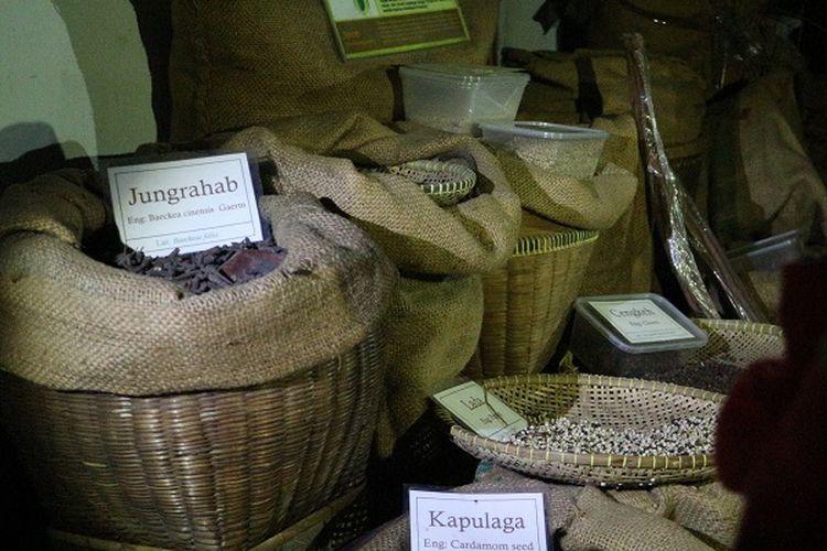 Koleksi rempah yang ada di Museum Bahari, Penjaringan, Jakarta Utara. Peserta melihat rempah-rempah yang dikoleksi museum pada malam hari.