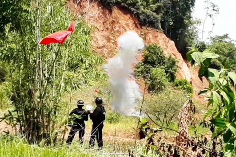 Tim Gegana Polda Sulsel berhasil menjinakkan dan memusnahkan Mortir peninggalan perang dunia kedua yang disimpan warga di belakang sebuah rumah di bawah batu besar di Kilometer 9, Kecamatan Mungkajang, Kota Palopo, Jumat (06/12/2019)