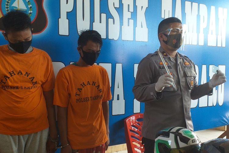 Kapolsek Tampan Kompol Hotmartua Ambarita saat melakukan ekspos pengungkapan kasus pencurian dengan modus ganjal ATM di Kecamatan Tampan, Kota Pekanbaru, Riau, Sabtu (12/9/2020).