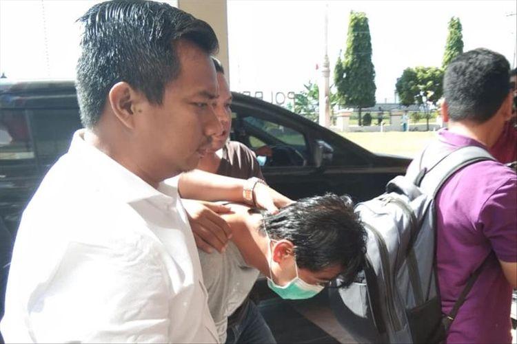 Pelaku dugaan tindak pidana penipuan dan penggelapan uang dengan modus investasi jamu herbal, AF dibawa ke Polres Klaten, Jawa Tengah, Rabu (17/7/2019).