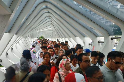 Dipadati Massa Pendukung Jokowi-Ma'ruf, Jalan Kaki di JPO GBK Macet