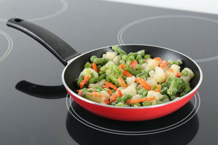 Ilustrasi memasak dengan kompor induksi.