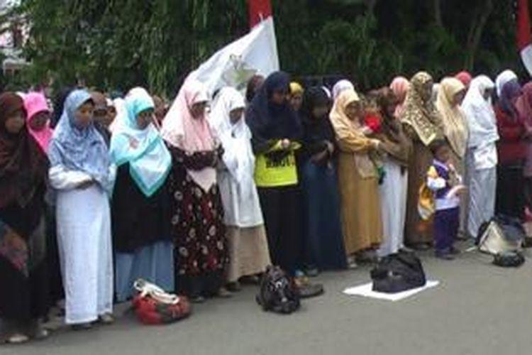 Setelah melakukan aksi orasi sekitar dua jam, Jumat (16/8/2013), para pendemo juga melakukan shalat gaib di atas jalan pusat Kota Banda Aceh. Saat shalat gaib untuk apa yang terjadi di Mesir tersebut berlangsung hikmat. Bahkan, mereka pun larut dalam tangisan.