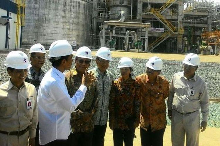 Presiden Jokowi (Kemeja Putih) sedang memberikan instruksi saat meninjau Pabrik Kaltim-5 milik PT Pupuk Kaltim di Bintang, Kamis (19/11/2015)