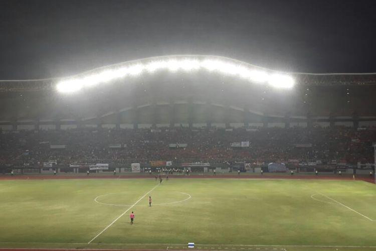 Suasana Stadion Patriot, Kota Bekasi, yang menjadi tempat berlangsungnya pertandingan persahabatan antara Timnas Indonesia U-22 melawan Persija Jakarta, Rabu (5/4/2017).