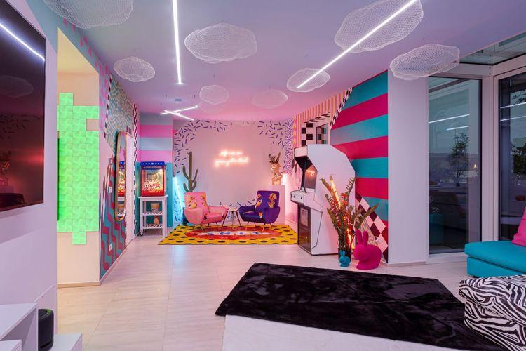 Rumah ini dibangun dengan pola dan warna-warna cerah yang dapat dilihat hampir di setiap sudutnya. Misalnya ruang tamu yang dicat garis-garis, zig-zag hingga segitiga.