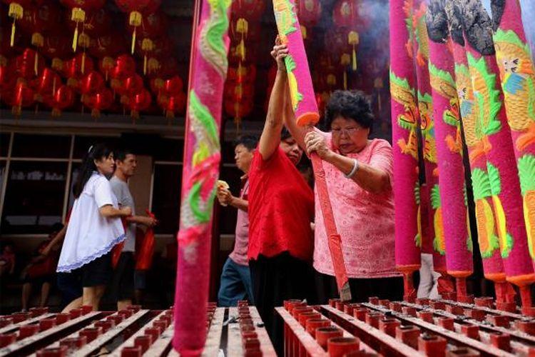Suasana saat warga keturunan Tionghoa berada di Kelenteng Kim Tek Ie atau Vihara Dharma Bakti, Glodok, kawasan Petak Sembilan, Jakarta Barat, Sabtu (28/1/2017). Warga keturunan Tionghoa melakukan sembahyang sebagai ungkapan syukur merayakan Tahun Baru Imlek 2568 dengan Shio pada imlek tahun ini adalah Ayam Api.