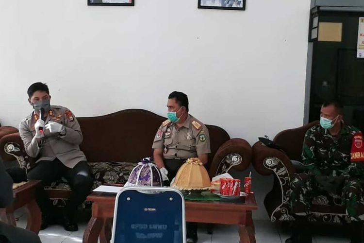 Kapolres Luwu AKBP Fajar Dani Susanto saat berkoordinasi dengan para pihak untuk menangani Covid-19, Rabu (01/04/2020)