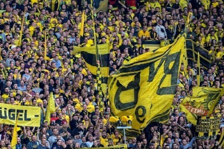 Suporter Borussia Dortmund mendukung tim kesayangannya pada pertandingan versus RB Leipzig di Stadion Signal Iduna Park pada pertandingan Liga Jerman, 26 Agustus 2018.