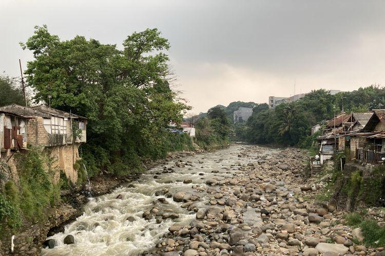 Pemandangan dari area yang berada tepat di atas sebuah bendungan dekat Jembatan Lebak Pilar, tepatnya di salah satu titik Sungai Ciliwung yang memiliki pesona indah, meski di beberapa area terlihat banyak tumpukan sampah plastik, Kota Bogor, Senin (24/5/2021).