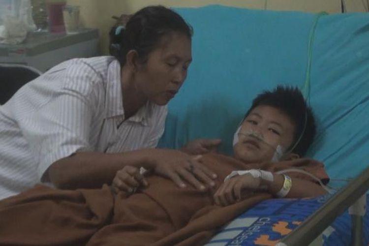 Kevin, bocah 10 tahun korban terseret kereta api angkutan batu bara terbaring lemah di rumah sakit di Kota Prabumullih. Kevin tidak mau jauh dari ibunya