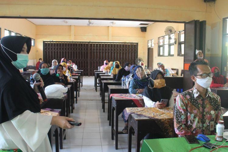 Para nasabah Bank Wakaf Mikro Al azhar Jember yang memiliki usaha saat mengikti pelatihan Rabu (14/10/2020)