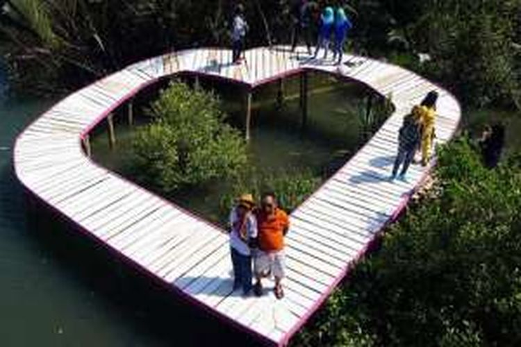 Jembatan melingkar berbentuk hati adalah spot favorit pengunjung untuk foto-foto di obyek wisata alam Hutan Mangrove Jembatan Api-Api, Kelurahan Jangkaran, Kecamatan Temon, Kulonprogo, Daerah Istimewa Yogyakarta.