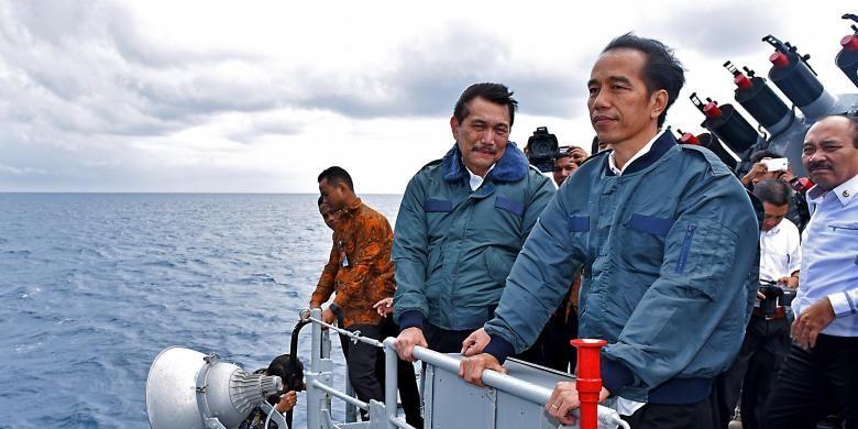 Presiden Joko Widodo meninjau kawasan perairan Natuna dari atas KRI Imam Bonjol, Kamis (23/6/2016).