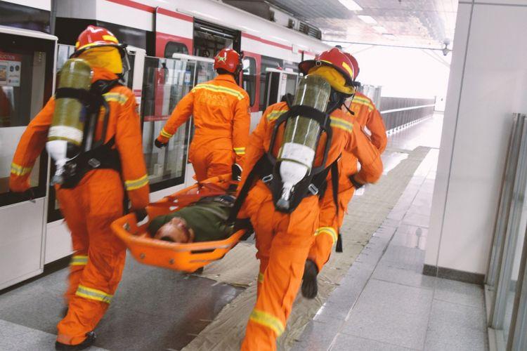 Suasana simulasi tanggap darurat LRT Jakarta di Stasiun Velodrome, Rawamangun.