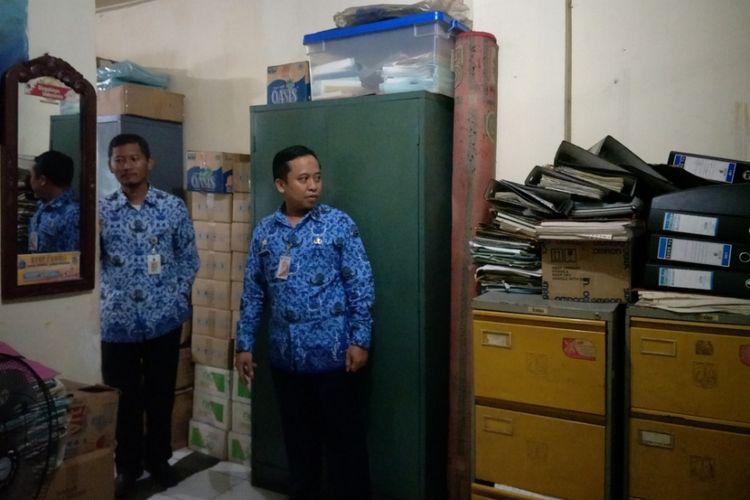 Tak ada ruang kosong di kantor Kelurahan Jembatan Besi yang terletak di Kecamatan Tambora, semua sudut bangunan dimanfaatkan untuk menyimpan berbagai barang termasuk arsip-arsip penting, Jumat (10/11/2017).