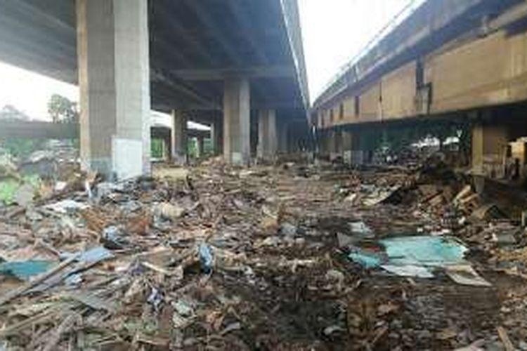 Tumpukan sampah memenuhi seluruh area Kolong Tol Sedyatmo, Jakarta Utara, Kamis (3/3/2016). Tumpukan sampah itu merupakan akibat dari penertiban yang dilakukan dilokasi tersebut pada Selasa lalu.