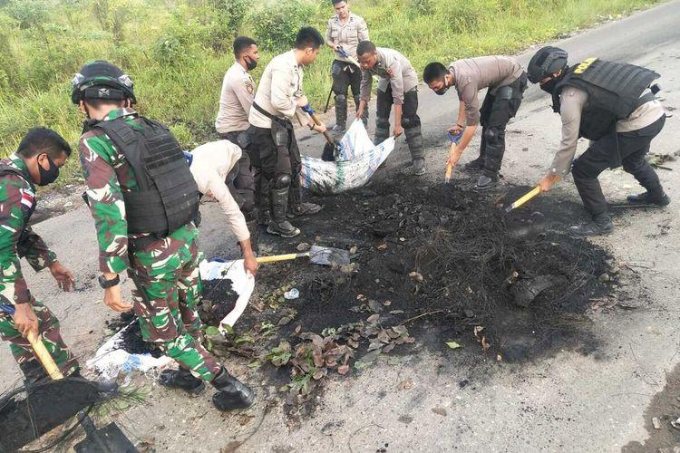 Aparat Gabungan TNI-Polri tengah membersihkan sisa-sisa kericuhan di Kabupaten Boven Digoel yang terjadi pada Senin (30/11/2020) akibat protes hasil pencoretan salah Paslon peserta Pilkada, Papua, Selasa (1/12/2020)