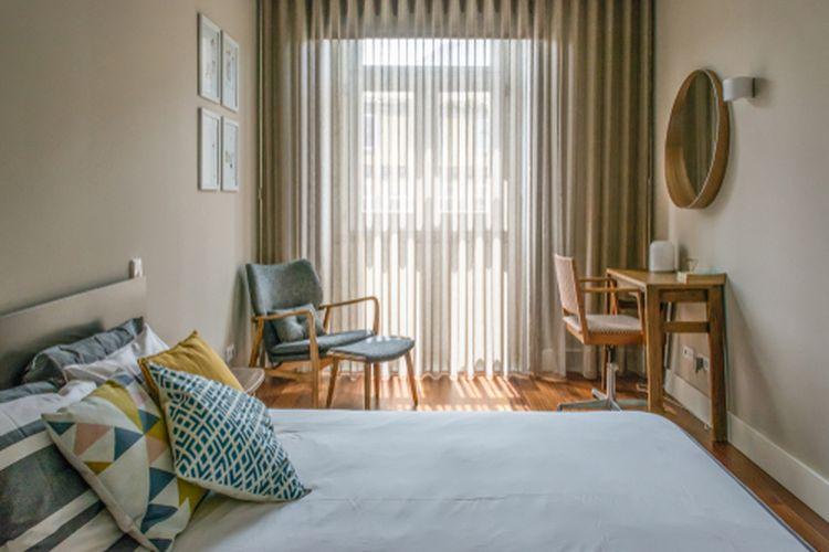 Ilustrasi kamar tidur minimalis, gorden di kamar.