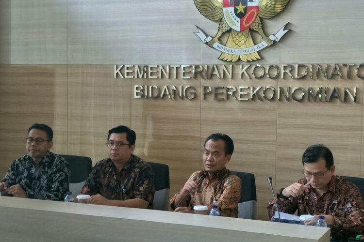 Sekretaris Kementerian Koordinator Bidang Perekonomian (Sesmenko) Susiwijono (kedua dari kanan) dalam jumpa pers di Kantor Kemenko Perekonomian, Jakarta, Jumat (21/12/2018)