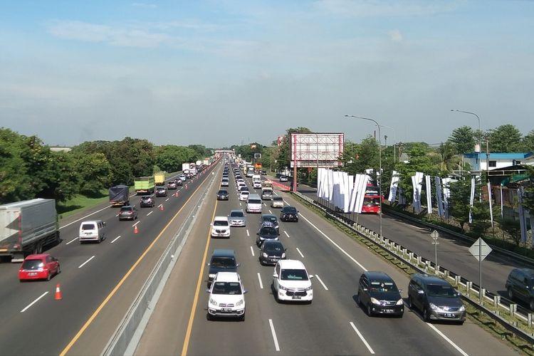 Arus lalu lintas di tol Jakarta-Cikampek kilometer 57 pada 24 Desember 2020.