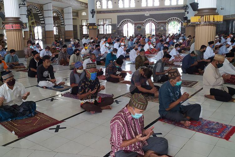 Shalat Jumat di Masjid Agung Baitussalam Purwokerto, Kabupaten Banyumas, Jawa Tengah, Jumat (5/6/2020).