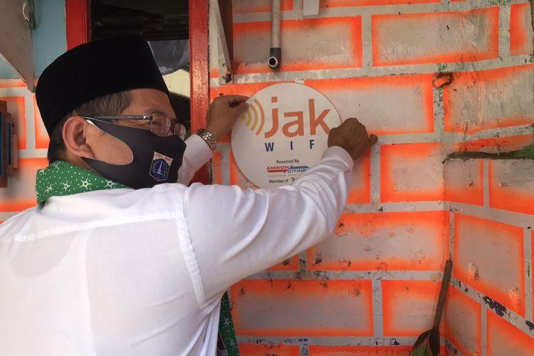 Wali Kota Jakarta Selatan, Marullah Matali meresmikan hotspot JakWiFi di Pos RW 03, Pasar Manggis, Setiabudi, Jakarta, Jumat (28/8/2020) sore. Hingga saat ini, 1.415 titik akses (hotspot) internet gratis telah terpasang di wilayah Jakarta Selatan.