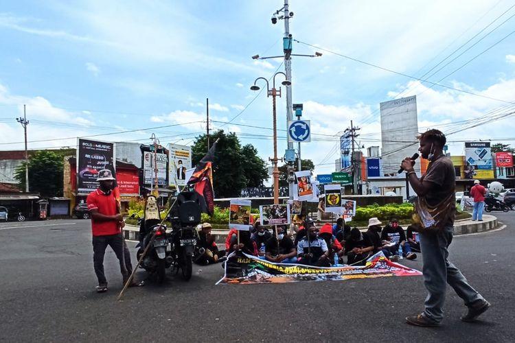 Aliansi Mahasiswa Papua (AMP) Jember saat menggelar aksi peringatan hari HAM Internasional di bundaran DPRD Jember Kamis (10/12/2020)