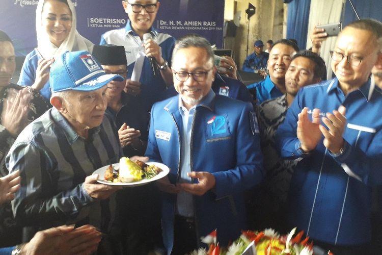 Ketua Umum PAN Zulkifli Hasan memberiman potongan tumpeng kepada  Ketua Dewan Kehormatan PAN Amien Rais dalam acara ulang tahun ke-21 PAN, Jumat (23/8/2019).